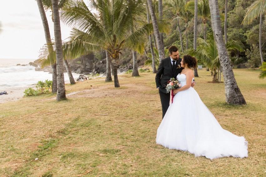 Photo de couple lors de leur mariage à la plage de grande anse