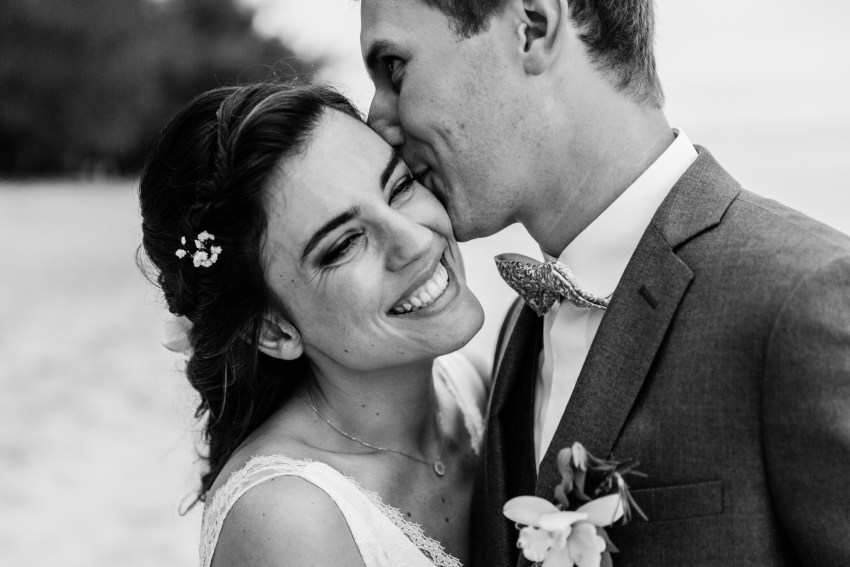 Photo de couple lors d'un mariage écoresponsable sur la plage Lux de Saint-Gilles de la Réunion