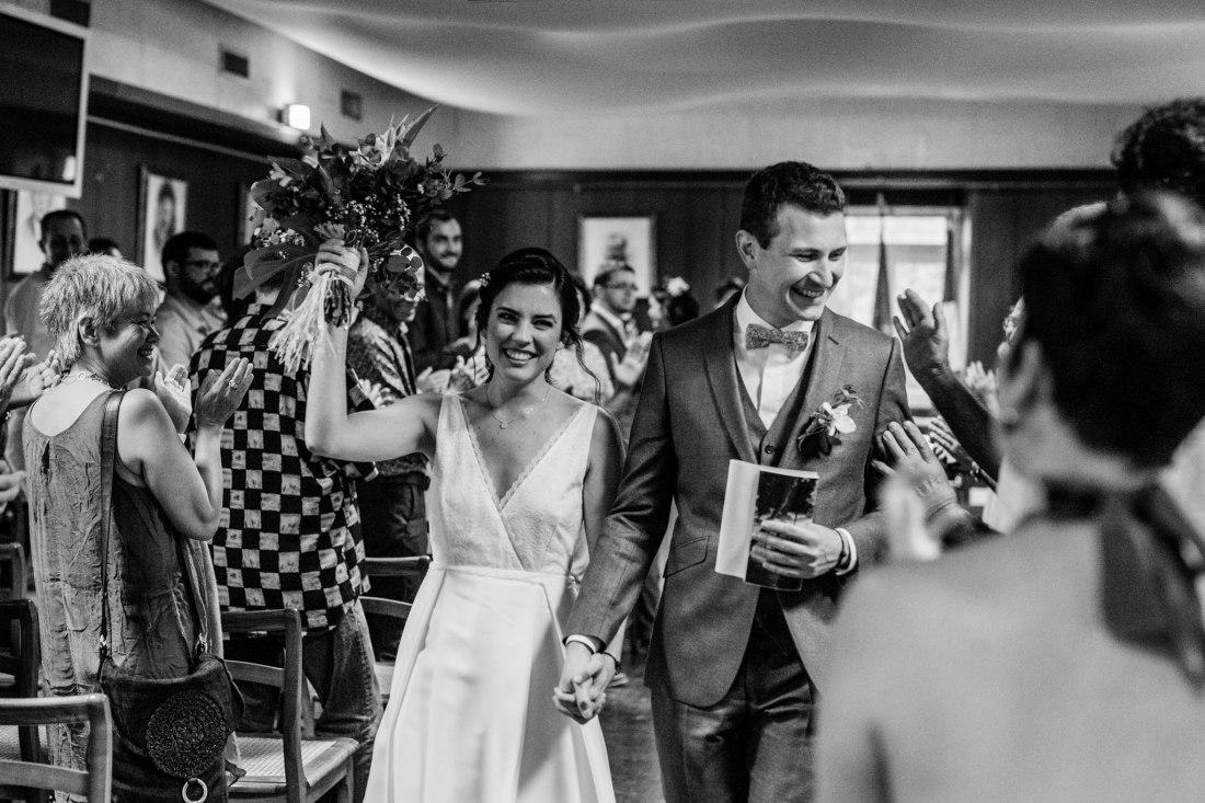 Un couple de marié heureux à la mairie de Saint Paul de la Réunion