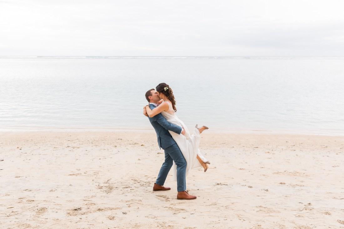Photo de couple lors d'un mariage écoresponsable et tropical sur la plage Lux de Saint-Gilles de la Réunion