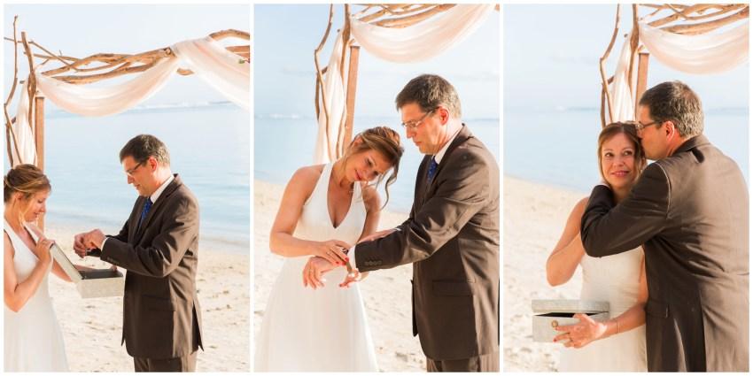 Echange de cadeaux lors d'un renouvellement de voeux de mariage sur la plage