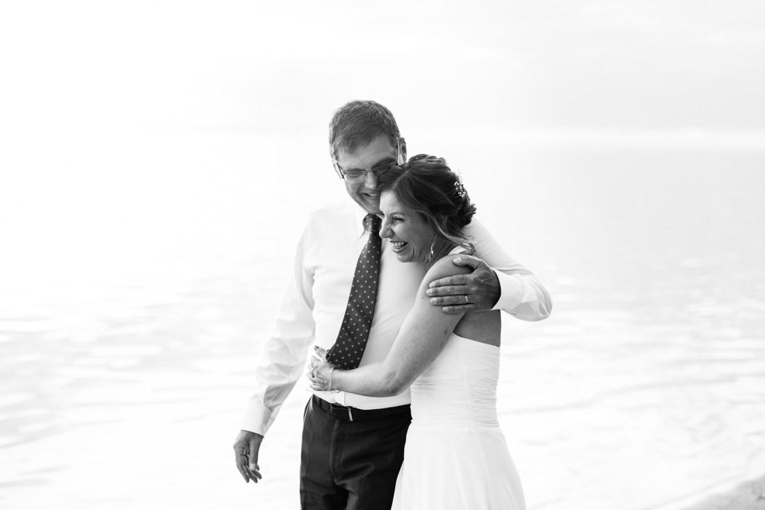 Un couple sur la plage lors de leur renouvellement de voeux de mariage