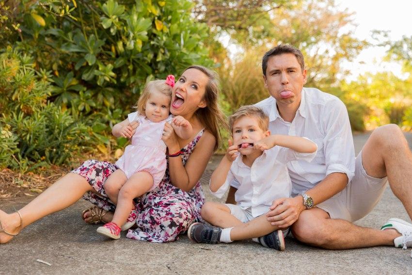 Une famille fun lors d'une séance par une photographe de famille à la Réunion