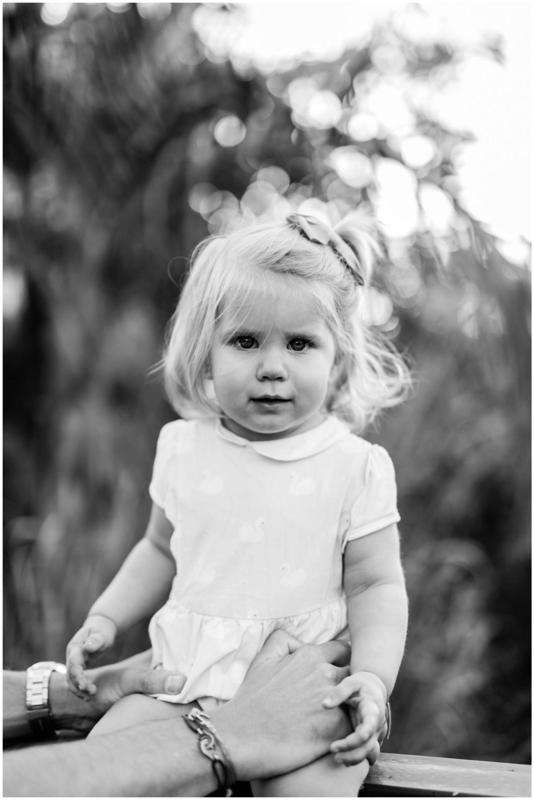 Portrait d'une petite fille lors d'une séance par une photographe de famille à la Réunion