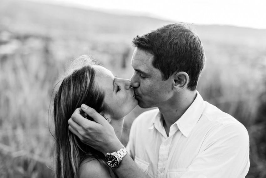 Un couple amoureux qui s'embrasse lors d'une séance photo à sainte-marie de la Réunion