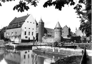 Helpoort en Pesthuis met vissers 1942