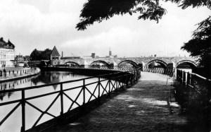 St. Servaasbrug met kanaal en walletje ±1959