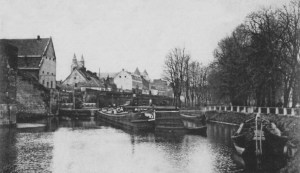 Zwanengracht ±1904 met Pesthuis en O.L.Vrouwewal