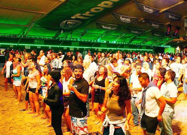 La Carpa de Noche abre su escenario a 18 días de fiesta… ¡sobre la arena!