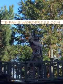 Estatua que se encuentra encima de la caseta de control de la atrracción.