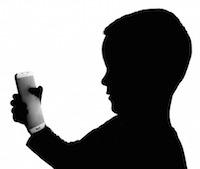 dieťa s mobilom v ruke