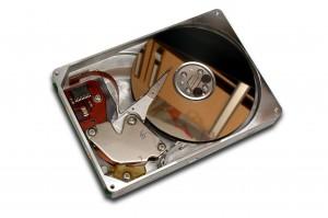 Interior de un disco duro (fuente: Banco de imágenes y Sonidos, INTEF)