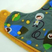 Gorro bufanda de astronautas en verde y amarillo. Ideal para proteger del frío en invierno.