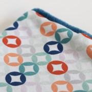 Cuello polar tipo braga para niños y bebés con estampado geométrico de colores sobre blanco