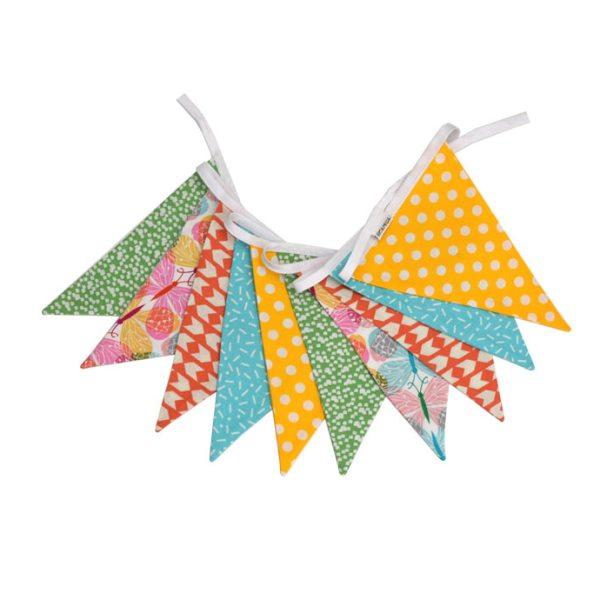 Guirnalda decorativa con estampado de mariposas combinado con dibujos geométricos con aires frescos veraniegos.