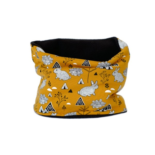 Cuello polar tipo braga de conejitos en el bosque sobre fondo amarillo mostaza. Ideal para proteger a los niños del frío