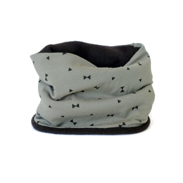 Cuello polar para niños con detalles negros sobre caqui. Ideal para proteger del frío en invierno.