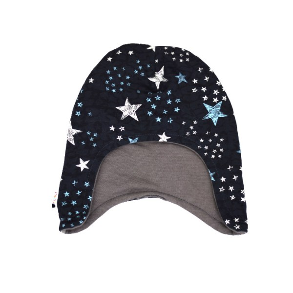 Gorro infantil de invierno con original estampado de estrellas sobre azul oscuro. Protege del frío cabeza y orejas
