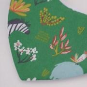 Babero tipo bandana, con tejido absorbente y divertido estampado de animales en verde