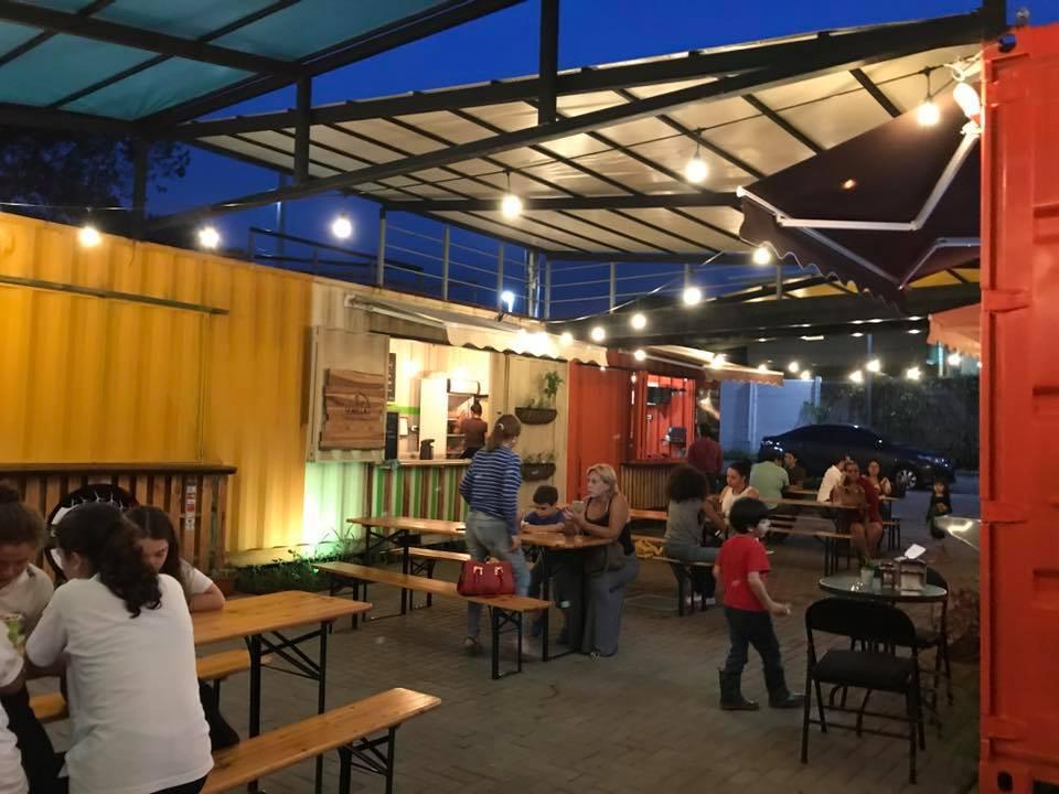 Container Platz Plaza Gastronmica en Contenedores  Tica Moderna