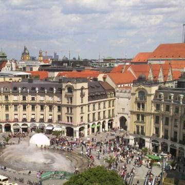 Toma de Karlsplatz http://opinion.al/panik-ne-mynih-te-tjera-te-shtena-ne-sheshin-karlsplatz/