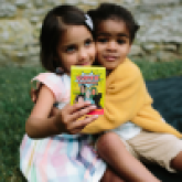 2 girls playing Super Sapiens card game