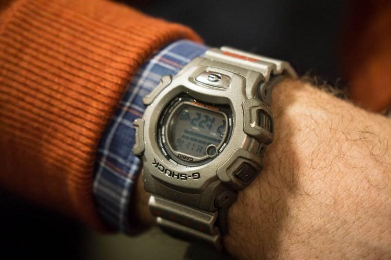 Adam stilte med G-Shock på håndleddet.