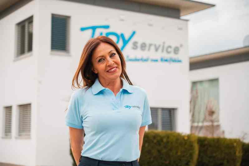 TIDYservice Mitarbeiterin vor der Geschäftsstelle