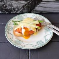 Oeuf bénédicte au saumon, pain perdu brioché à l'aneth et asperges vertes