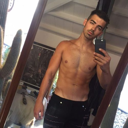 joe-jonas-talks-about-his-muscular-body-transformation-and-gay-rumours-161124-06