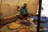 Ali schenkt marokkanischer Tee ein