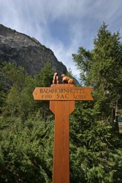 Hübscher Wegweiser zur Balmhornhütte