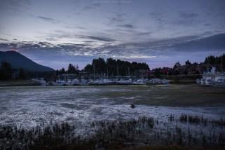 Hafenbecken von Ucluelet bei Ebbe & blauer Stunde