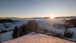 Sonnenaufgang knapp über dem Nebel