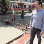 LEO NARDINI VISITÓ UNO DE LOS NUEVOS PAVIMENTOS QUE SE REALIZAN EN ING. ADOLFO SOURDEAUX | Nueva Obra integral
