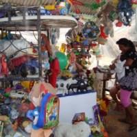 La tumba de Raulito, el niño milagroso, se llena de juguetes en Acapulco