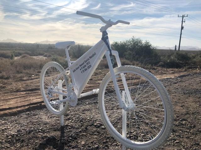 En el lugar donde ocurrió el accidente se instaló una bicicleta blanca como memorial