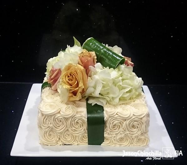 ESP1003  Pastel con flores  Pastel decorado con flores naturales