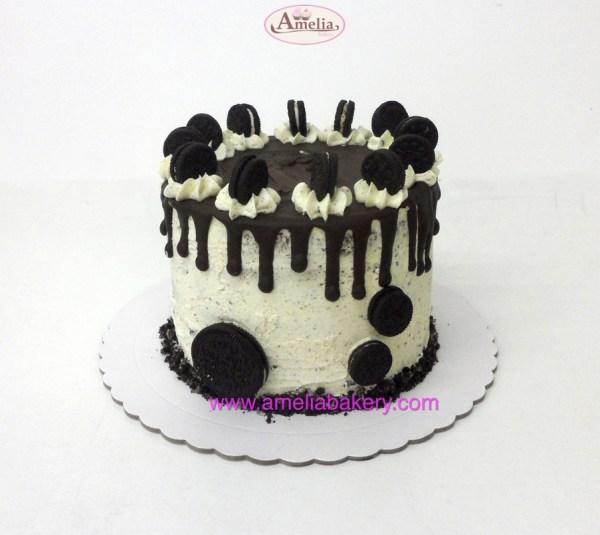 Pastel oreo drip cake Amelia Bakery