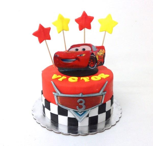 Tarta Fondant Cars Rayo McQueen en oblea con estrellas amelia bakery
