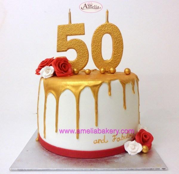 Pastel drip cake dorado con números de chocolate