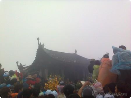 Chen chúc trên chùa Đồng, kèm theo màn vo tiền và… đáp!