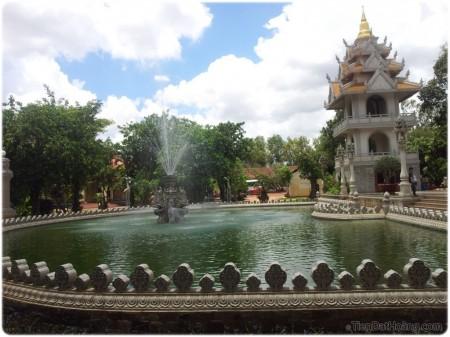 Hồ Bán Nguyệt trong chùa Bửu Long.