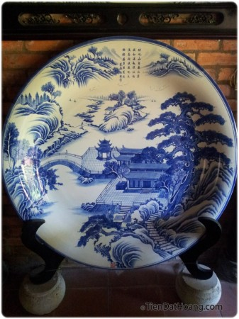 Một chiếc đĩa trang trí to đùng, vẽ lại khung cảnh thơ mộng của Hoàng Thành xưa kia.