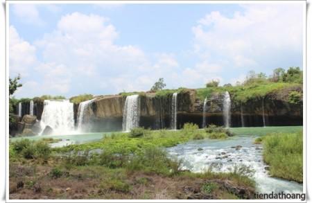 Thác Dray Nur cùng màu xanh mát rượi của dòng nước.