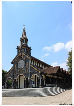 Nhà thờ gỗ Kontum - phía ngoài.