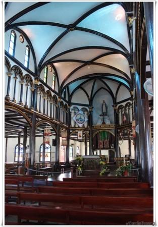 Nhà thờ gỗ Kontum - phía trong.