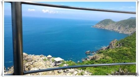 Bõ công leo lên trên đỉnh ngọn hải đăng. Còn gì đẹp hơn với màu nước biển thế này?