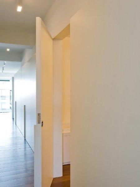 Gang luxe appartment, zicht deuren en kasten