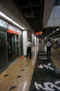 U-Bahn Station ... noch ist keine Bahn da. Die Gleise sind durch Glastüren geschützt...